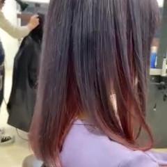 フェミニン インナーピンク インナーカラーグレージュ ミディアム ヘアスタイルや髪型の写真・画像