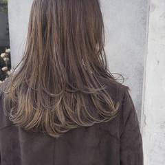 レイヤーロングヘア ナチュラル インナーカラー ラベンダーグレージュ ヘアスタイルや髪型の写真・画像