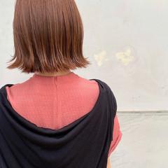 オレンジベージュ ショートヘア ナチュラル 切りっぱなしボブ ヘアスタイルや髪型の写真・画像