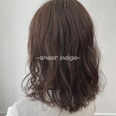 ミルクティーベージュ ベージュ ミディアム ヌーディーベージュ ヘアスタイルや髪型の写真・画像