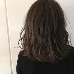 ミディアム グレージュ 大人かわいい 抜け感 ヘアスタイルや髪型の写真・画像