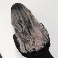 シルバーアッシュ ストリート バレイヤージュ ホワイトアッシュ ヘアスタイルや髪型の写真・画像