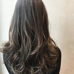 セミロング くせ毛風 グラデーションカラー ハイライト ヘアスタイルや髪型の写真・画像