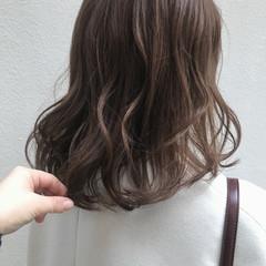 ミルクティーベージュ ミディアム シアーベージュ 透明感カラー ヘアスタイルや髪型の写真・画像