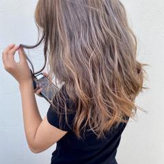 巻き髪 ミルクティーアッシュ ミルクティーベージュ フェミニン ヘアスタイルや髪型の写真・画像