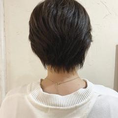 ココアブラウン ショートヘア 耳かけ ナチュラル ヘアスタイルや髪型の写真・画像