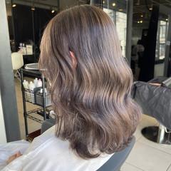 グレージュ フェミニン 巻き髪 ミディアム ヘアスタイルや髪型の写真・画像