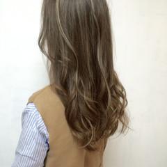 外国人風 バレイヤージュ ゆるふわ ハイライト ヘアスタイルや髪型の写真・画像