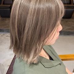 ミルクティーベージュ 切りっぱなしボブ 大人ハイライト 透明感カラー ヘアスタイルや髪型の写真・画像