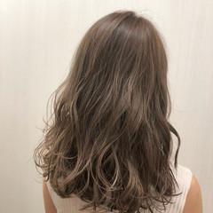セミロング アッシュ ミルクティー グレージュ ヘアスタイルや髪型の写真・画像