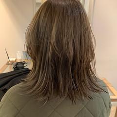 ミディアム ウルフカット グレージュ レイヤーカット ヘアスタイルや髪型の写真・画像