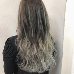 ロング バレイヤージュ ストリート ホワイトアッシュ ヘアスタイルや髪型の写真・画像