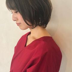 オフィス フェミニン ショート ウェーブ ヘアスタイルや髪型の写真・画像
