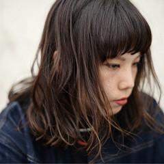 グラデーションカラー 冬 前髪あり アッシュ ヘアスタイルや髪型の写真・画像