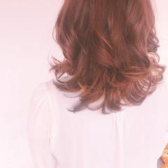 セミロング コテ巻き フェミニン ゆるふわ ヘアスタイルや髪型の写真・画像