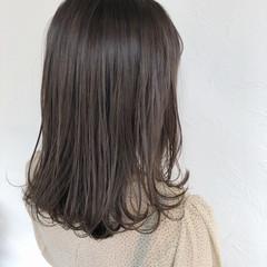 コテ巻き オリーブグレージュ 透明感カラー ミディアム ヘアスタイルや髪型の写真・画像