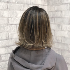 エレガント グレージュ 切りっぱなしボブ 大人ハイライト ヘアスタイルや髪型の写真・画像