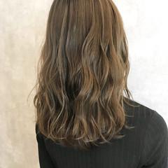 ハイライト ミルクティーベージュ セミロング ダブルカラー ヘアスタイルや髪型の写真・画像
