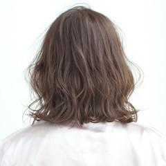 ミディアム リラックス ブリーチ フェミニン ヘアスタイルや髪型の写真・画像