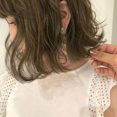 ベージュ ミディアム ヌーディベージュ ダブルカラー ヘアスタイルや髪型の写真・画像