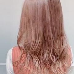 ピンクベージュ ロング ハイトーンカラー ナチュラル ヘアスタイルや髪型の写真・画像