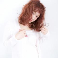 レッド ミディアム ピンク 外ハネ ヘアスタイルや髪型の写真・画像