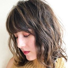 ナチュラル ハイライト 極細ハイライト ミディアム ヘアスタイルや髪型の写真・画像