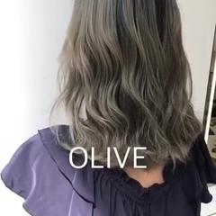 ナチュラル セミロング インナーカラー オリーブカラー ヘアスタイルや髪型の写真・画像
