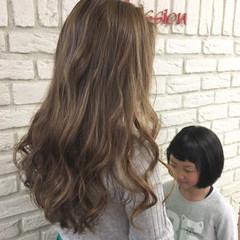 ママ ナチュラル 子供 グレージュ ヘアスタイルや髪型の写真・画像