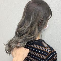 バレイヤージュ シルバーアッシュ ロング ミルクティーベージュ ヘアスタイルや髪型の写真・画像