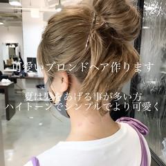 ミルクティーベージュ ミディアム お団子アレンジ ミルクティーブラウン ヘアスタイルや髪型の写真・画像