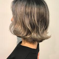 アッシュグレージュ ホワイトシルバー シルバーアッシュ ショートヘア ヘアスタイルや髪型の写真・画像