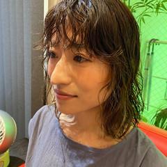 ミディアム ガーリー 前髪パーマ ウェットヘア ヘアスタイルや髪型の写真・画像
