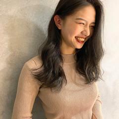 オリーブグレージュ セミロング ナチュラル グレー ヘアスタイルや髪型の写真・画像