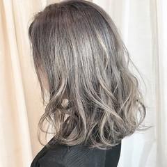 グレー シルバー ナチュラル シルバーアッシュ ヘアスタイルや髪型の写真・画像