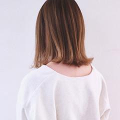 グレージュ ミディアム 切りっぱなしボブ ベージュ ヘアスタイルや髪型の写真・画像