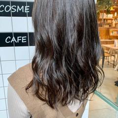 ナチュラル コテ巻き 暗髪 アッシュグレージュ ヘアスタイルや髪型の写真・画像