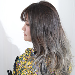 セミロング バレイヤージュ グラデーションカラー ホワイトグラデーション ヘアスタイルや髪型の写真・画像
