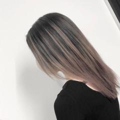 ストレート アッシュベージュ バレイヤージュ ストリート ヘアスタイルや髪型の写真・画像