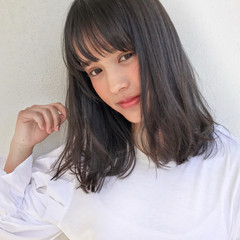 ミディアム フリンジバング フェミニン ミルクティー ヘアスタイルや髪型の写真・画像