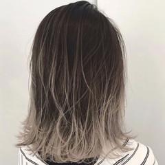 シルバーアッシュ エレガント グレージュ ミディアム ヘアスタイルや髪型の写真・画像