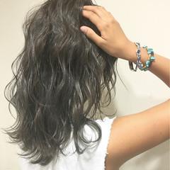 暗髪 ハイライト くせ毛風 ミディアム ヘアスタイルや髪型の写真・画像