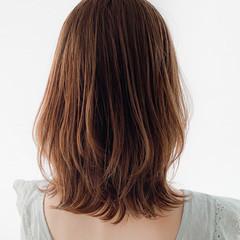 大人ミディアム イヤリングカラーベージュ 外国人風カラー ショートヘア ヘアスタイルや髪型の写真・画像