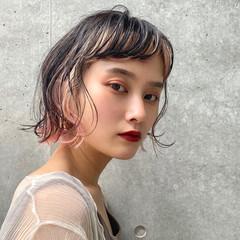 ショートヘア フェミニン インナーカラー ショートボブ ヘアスタイルや髪型の写真・画像