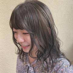 セミロング オリーブグレージュ レイヤーカット ミディアムレイヤー ヘアスタイルや髪型の写真・画像