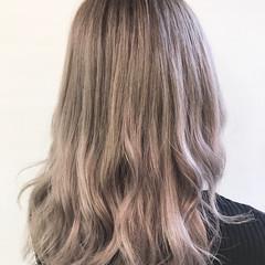 ミディアム ホワイトシルバー ブリーチカラー 透明感カラー ヘアスタイルや髪型の写真・画像