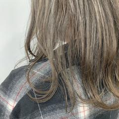 ミディアム グレージュ アッシュグレージュ ナチュラル ヘアスタイルや髪型の写真・画像