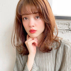 レイヤーカット 小顔 ゆるふわパーマ ミディアム ヘアスタイルや髪型の写真・画像
