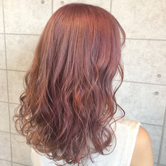 フェミニン セミロング ピンクベージュ ピンクアッシュ ヘアスタイルや髪型の写真・画像