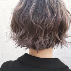 ラフ 透明感 グレージュ ウェーブ ヘアスタイルや髪型の写真・画像